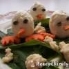 Húsvéti tojás csibék a havas fűben