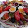 Mediterrán saláta tojással baby rák ollóval