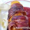 Baconbe tekert sült kukorica ketchuppal és chili szósszal