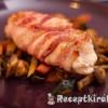 Baconbe csavart csirkemell zöldség ágyon