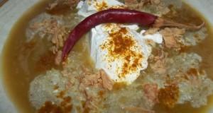 Currys cukkini krémleves tejföllel chilivel  és Röstzwiebeln-vel
