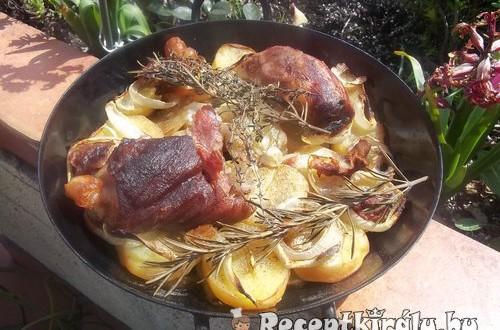 Vörösboros sült csülök hagymás krumpliágyon