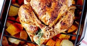 Zöldségeken sült csirke