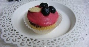 Áfonyás-fehércsokis cupcake
