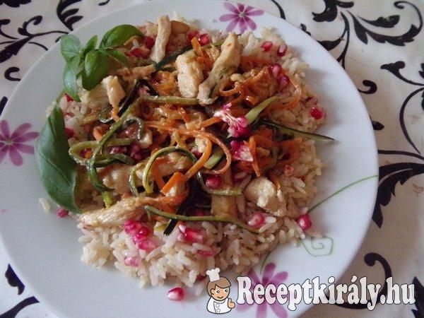 Bana rizses zöldséges gránátalmás, csirke csíkok